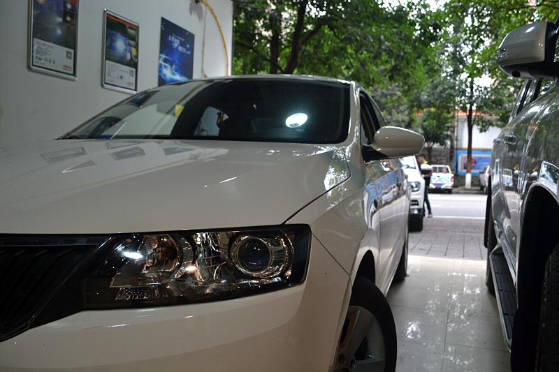 斯柯达明锐车灯改装进口海拉5透镜欧司朗氙气灯