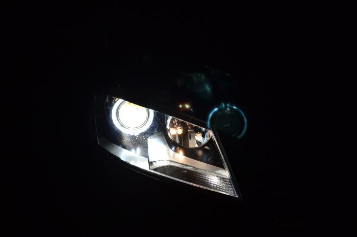 重庆13朗逸大灯总成改装天使眼氙气灯透镜